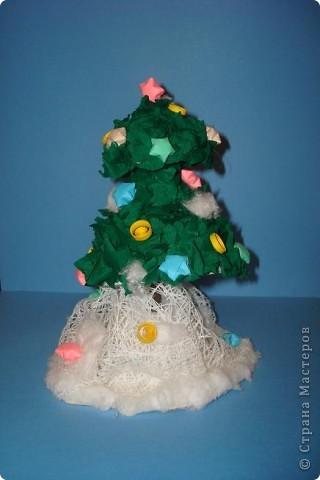 """Совместное творение моего сына Димы(7 лет) и меня. Первоначально планировался снеговик, клей попался не удачный, поэтому шар получился мягким-решили:-""""Не пропадать же добру!""""-слепили сугроб.Елочка из двух конусов, обклеенных торцовочками разного размера. На украшение пошли, лежащие еще с того года,звездочки"""