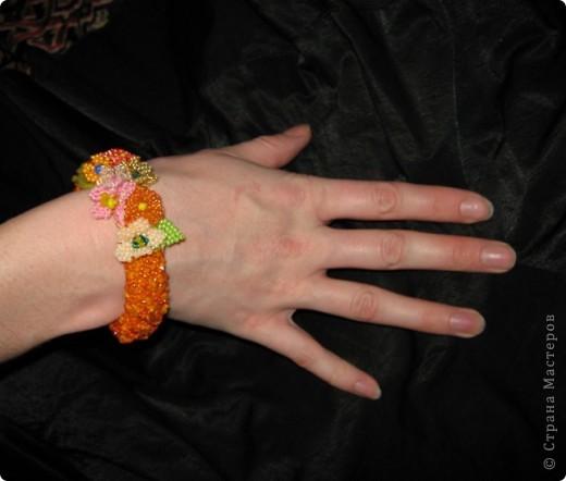 Сначала связала крючком толстый оранжевый жгут, и к нему пришила цветочки, которые остались от браслета цветочная элегия)))(там есть описание как их делать) фото 2