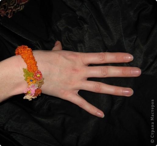 Сначала связала крючком толстый оранжевый жгут, и к нему пришила цветочки, которые остались от браслета цветочная элегия)))(там есть описание как их делать) фото 1
