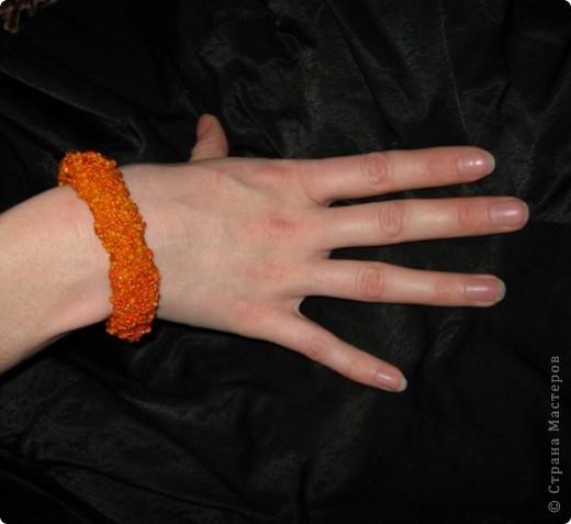 Сначала связала крючком толстый оранжевый жгут, и к нему пришила цветочки, которые остались от браслета цветочная элегия)))(там есть описание как их делать) фото 3