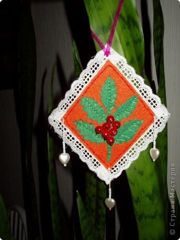 В предверии Нового года решила попробовать сделать маленькие украшения из фетра. фото 1