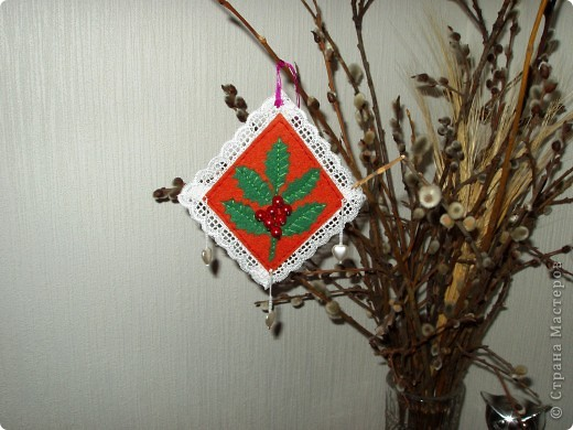 В предверии Нового года решила попробовать сделать маленькие украшения из фетра. фото 4
