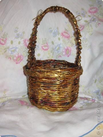 корзиночка, донышко обычное, плетение двумя трубочками веревочкой, ну красочкой золотой приукрасила. фото 1