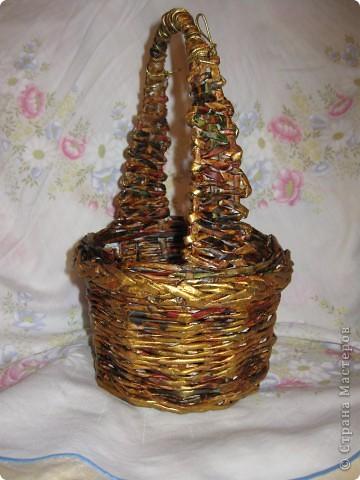 корзиночка, донышко обычное, плетение двумя трубочками веревочкой, ну красочкой золотой приукрасила. фото 2
