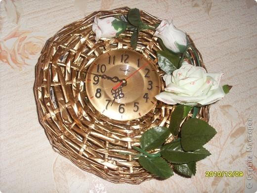 Мне очень нравятся работы из бумажных трубочек. Решила тоже попробывать. Нашлись старые часы, а коркас я сплела и покрыла его золотой краской из болончика. Розы тоже лежали без дела, а здесь вроде не плохо смотрятся. фото 1