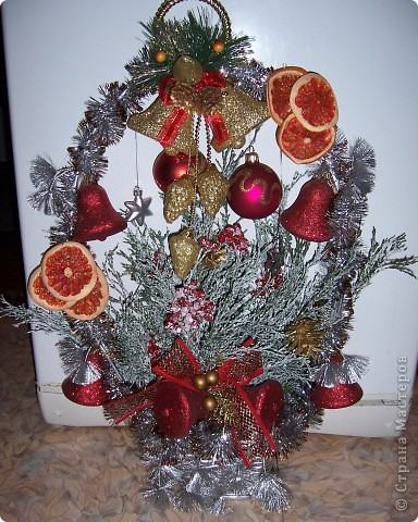 Это одна из работ к Новому году. Оформила старую цветочную корзинку.