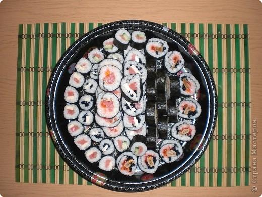 Вот и у меня наконец стали получаться роллы 8) Для их приготовления мне понадобились: водоросли (листы в которые закручивала), рис, специальный уксус для риса (сама варила), семга, тонкий амлет, икра (красная и черная),  плавленый сыр, майонез, огурец. фото 1