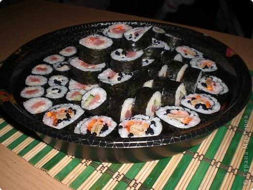 Вот и у меня наконец стали получаться роллы 8) Для их приготовления мне понадобились: водоросли (листы в которые закручивала), рис, специальный уксус для риса (сама варила), семга, тонкий амлет, икра (красная и черная),  плавленый сыр, майонез, огурец. фото 2