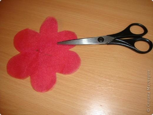 Нужно было сделать цветочек для платья. Идею стащила здесь: http://www.reesedixon.com/2009/03/organza-flowers.html Там на английском, поэтому поясню немного.  фото 2