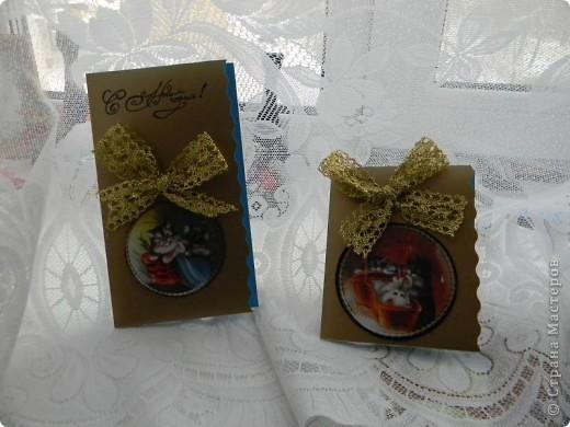 Спит он в коробке, уставший, довольный, Сбоку сосулька, с другого - хлопушка. Весь в конфетти, серпантине, иголках - Рядом уснули другие игрушки.  Шар новогодний - большой и блестящий, В центре на нем нарисована кошка. А на щеках перломутрово – синих Добрая, милая дремлет улыбка. фото 1