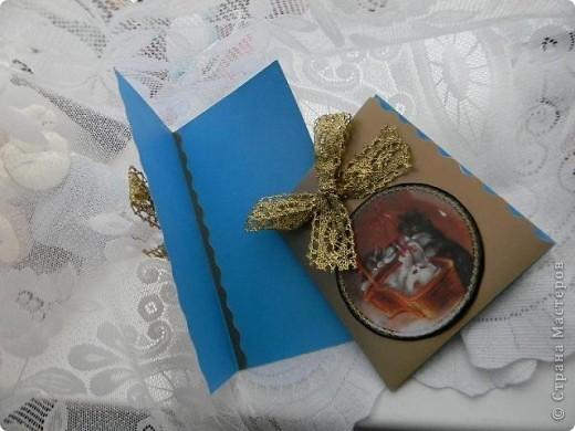 Спит он в коробке, уставший, довольный, Сбоку сосулька, с другого - хлопушка. Весь в конфетти, серпантине, иголках - Рядом уснули другие игрушки.  Шар новогодний - большой и блестящий, В центре на нем нарисована кошка. А на щеках перломутрово – синих Добрая, милая дремлет улыбка. фото 3