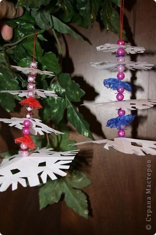 Вырезать 4 снежинки примерно одинакового рисунка, но разной формы. от большей к меньшей фото 8