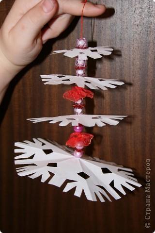Вырезать 4 снежинки примерно одинакового рисунка, но разной формы. от большей к меньшей фото 7