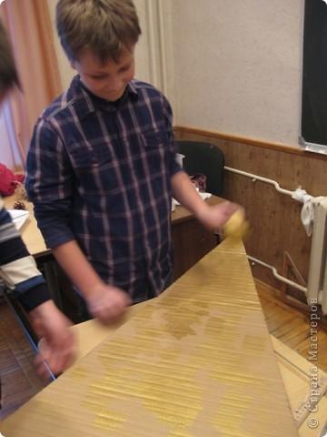 Сделали мы с ребятами и активными родителями елочку для украшения класса. Работа выполнялась в течение 3х встреч. фото 9