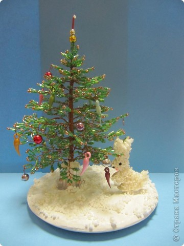 Такую новогоднюю композицию я оформила для своей бисерной елочки https://stranamasterov.ru/node/121040.  Снег - гипс (заливала в одноразовой тарелочке), сверху наклеены пенопластовые шарики. Зайчика торцевала дочка. Елочку вставили в отверстие гипсовой заготовки.