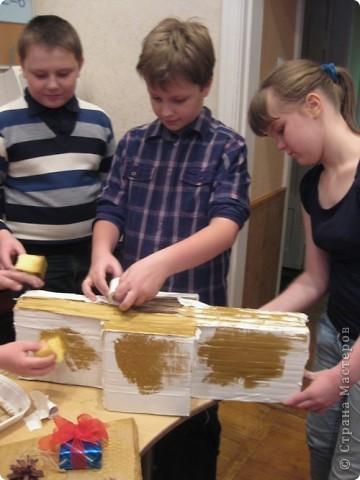 Сделали мы с ребятами и активными родителями елочку для украшения класса. Работа выполнялась в течение 3х встреч. фото 12