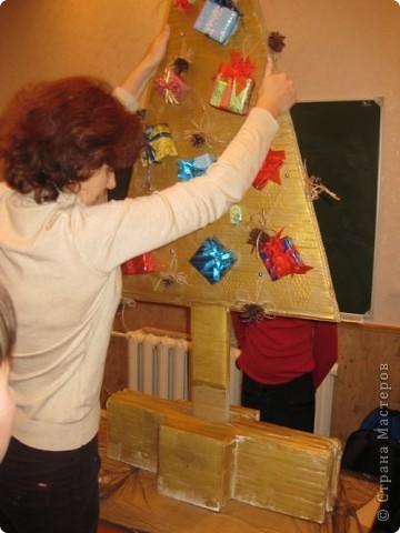 Сделали мы с ребятами и активными родителями елочку для украшения класса. Работа выполнялась в течение 3х встреч. фото 14