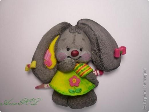 Зайка-девочка с карандашиком фото 1