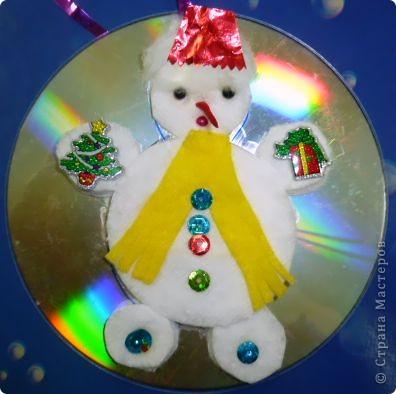 Почему бы не сделать елочную игрушку?  Снеговик самый подходящий персонаж для моих трехлеток. Ватные и лазерные диски вот что нам нужно! Снеговик кругленький, мягонький, беленький. А вокруг северное сияние, переливается всеми цветами радуги.   фото 3