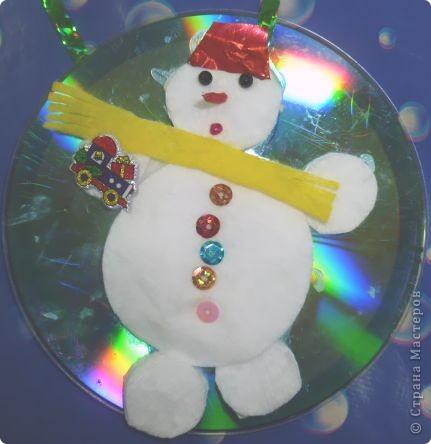 Почему бы не сделать елочную игрушку?  Снеговик самый подходящий персонаж для моих трехлеток. Ватные и лазерные диски вот что нам нужно! Снеговик кругленький, мягонький, беленький. А вокруг северное сияние, переливается всеми цветами радуги.   фото 1
