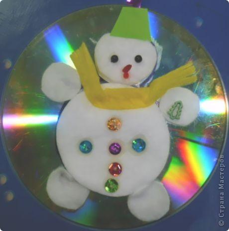 Почему бы не сделать елочную игрушку?  Снеговик самый подходящий персонаж для моих трехлеток. Ватные и лазерные диски вот что нам нужно! Снеговик кругленький, мягонький, беленький. А вокруг северное сияние, переливается всеми цветами радуги.   фото 4