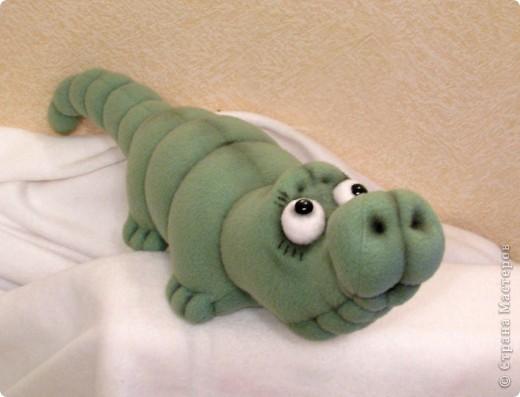 Давно мечтала пошить крокодильчика! Даже не знаю почему.. Но очень хотелось! И вот, не выдержала)) Малыш, по-крокодильим меркам - крошка совсем)) В длину, всего-то, около 53 см)) фото 1