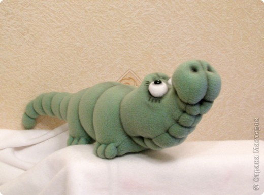 Давно мечтала пошить крокодильчика! Даже не знаю почему.. Но очень хотелось! И вот, не выдержала)) Малыш, по-крокодильим меркам - крошка совсем)) В длину, всего-то, около 53 см)) фото 2