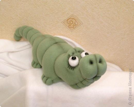 Давно мечтала пошить крокодильчика! Даже не знаю почему.. Но очень хотелось! И вот, не выдержала)) Малыш, по-крокодильим меркам - крошка совсем)) В длину, всего-то, около 53 см)) фото 4