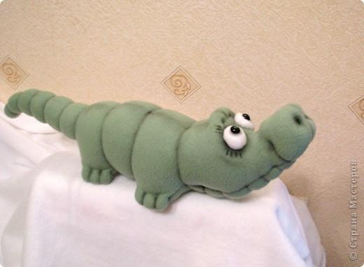 Давно мечтала пошить крокодильчика! Даже не знаю почему.. Но очень хотелось! И вот, не выдержала)) Малыш, по-крокодильим меркам - крошка совсем)) В длину, всего-то, около 53 см)) фото 5