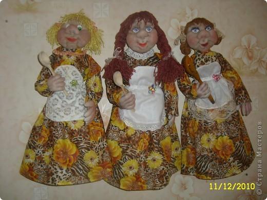 Вот такие три девицы - пакетницы у меня сшились. Шила на заказ. Пожелание заказчика было только одно - чтоб были в коричневых тонах. Заказывали две, но я сшила три, и на подходе еще четвертая сестра. Заказчица замечательная женщина и я хочу, чтоб у нее был выбор. Впрочем остальным скучать тоже не прийдется, думаю перед Новогодними праздниками они быстро обретут свой новый дом. И еще на этот раз я сделала им съемную одежду. Для меня это первый опыт, на таких куклах. Так что их полностью можно раздеть.  фото 1