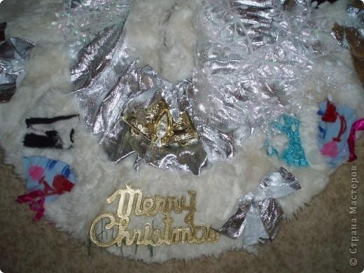 девочка, я сшила вот такое покрывало под елку, блестящая ткань, обшита мехом, украшена снеговиками, колокольчиками, бантами,извините за качество фотки