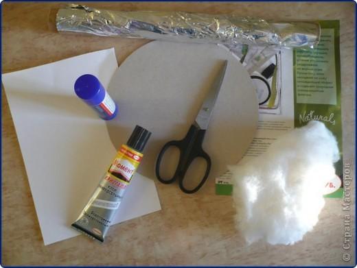 Для работы понадобится: круг из картона, пищевая фольга, журнальная страница, ножницы, клей карандаш, клей «Момент», вата, белая бумага. фото 1