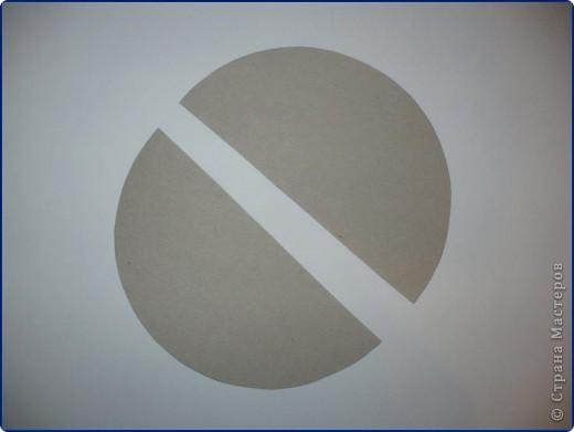 Для работы понадобится: круг из картона, пищевая фольга, журнальная страница, ножницы, клей карандаш, клей «Момент», вата, белая бумага. фото 2