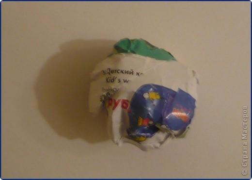 Для работы понадобится: круг из картона, пищевая фольга, журнальная страница, ножницы, клей карандаш, клей «Момент», вата, белая бумага. фото 6