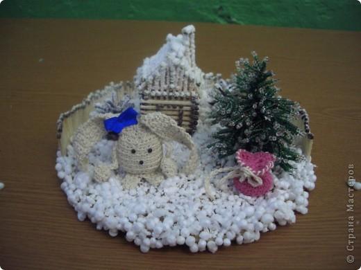 """""""заюшкина избушка"""" Домик  и забор- спички; елочка - бисер, зайчик и мешочек с подарками - вязание крючком, снег - пенопласт. Вся поделка припорошена искусственным снегом."""