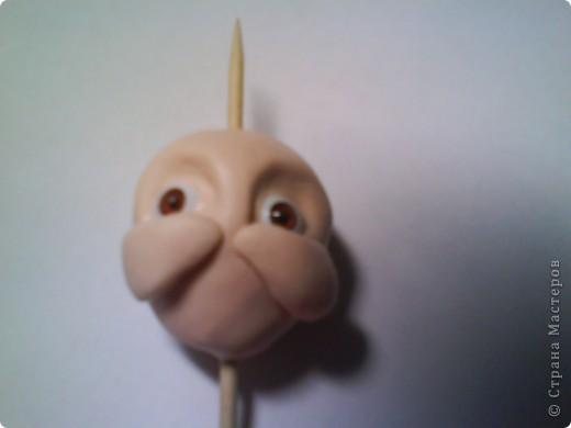 Дорогие Мастерицы! Хочу дать мастер-класс по лепке головы куклы! Может пригодиться! Я пересмотрела много книг и остановилась на этой технике. Качество фотографий не очень хорошее, прошу извинить! Начинаю работу с шарика из фольги. Катаю шарик или овал яйцевидной формы. Одеваю шарик на шпажку. Торчащая с двух сторон шпажка поможет держать  и сохранить симметричность лица. фото 7