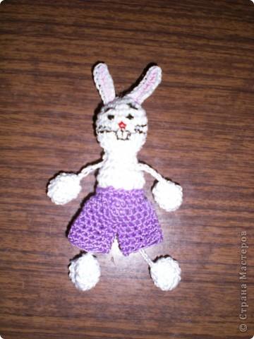 Вязаный зайчишка-трусишка в плетёной из газет мини корзинке фото 2