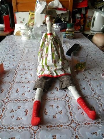 Вот и я заболев Тильдами решилась на шитье... Шила в выходной, когда дети дома, поэтому без активной их помощи не обошлось :) Ну, как говорится, что вышло то и вышло. Надо было ее сфоткать в тот же день, но руки не дошли... а дошли через недельку, поэтому выглядит она маленько потасканной. Дочка просто не выпускала ее из рук. Ну и да ладно, главное ведь, чтобы ребенок был счастлив :) фото 4