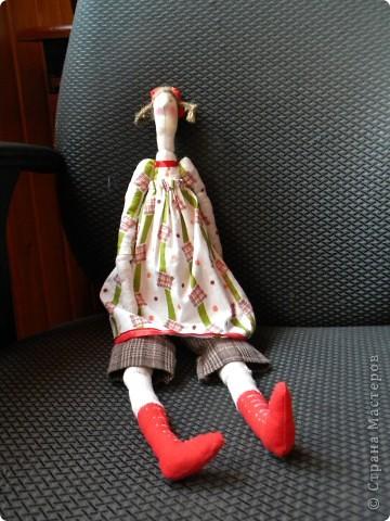 Вот и я заболев Тильдами решилась на шитье... Шила в выходной, когда дети дома, поэтому без активной их помощи не обошлось :) Ну, как говорится, что вышло то и вышло. Надо было ее сфоткать в тот же день, но руки не дошли... а дошли через недельку, поэтому выглядит она маленько потасканной. Дочка просто не выпускала ее из рук. Ну и да ладно, главное ведь, чтобы ребенок был счастлив :) фото 5