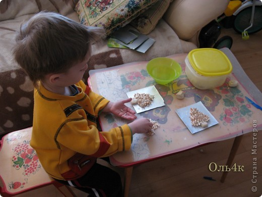 Налепили с сыном ёлочки из солёного теста и семян дыни (можно использовать простые чёрные семечки от подсолнушка, результат хуже не будет) фото 2