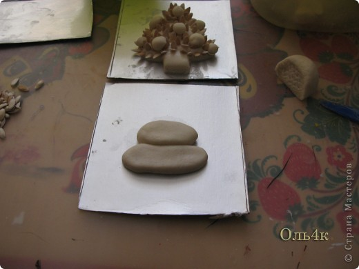 Налепили с сыном ёлочки из солёного теста и семян дыни (можно использовать простые чёрные семечки от подсолнушка, результат хуже не будет) фото 6