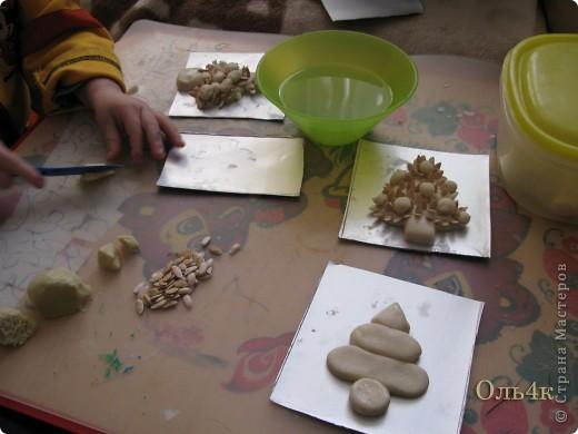 Налепили с сыном ёлочки из солёного теста и семян дыни (можно использовать простые чёрные семечки от подсолнушка, результат хуже не будет) фото 8