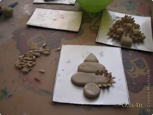 Налепили с сыном ёлочки из солёного теста и семян дыни (можно использовать простые чёрные семечки от подсолнушка, результат хуже не будет) фото 9