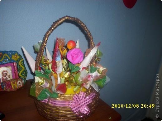 букет из конфет в подарок маме в корзинке  фото 1