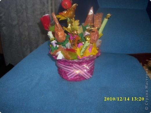 букет из конфет в подарок маме в корзинке  фото 4