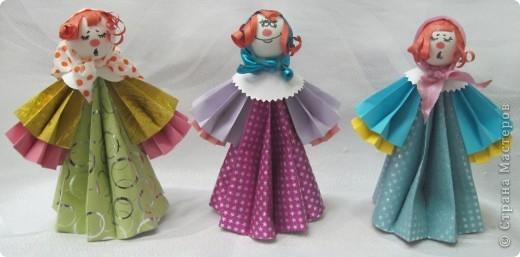 В актированный день, в сорокоградусный мороз пришла ко мне на занятия одна ученица Маша Калистратова. Вот мы и сделали этих кукол. Заготовки в основном у меня были сделаны. Марья сделала им кудряшки, надели платочки и вот они - три красавицы! фото 1