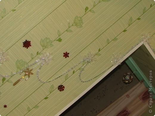 """К Новому году мы с сыном украсили стену на кухне. Она у нас """"голая"""" и мы решили её немного декорировать. Использовали ёлочные бусы, снежинки, гелевые липкие звезды и подвеску. Все материалы были куплены в магазине. фото 2"""