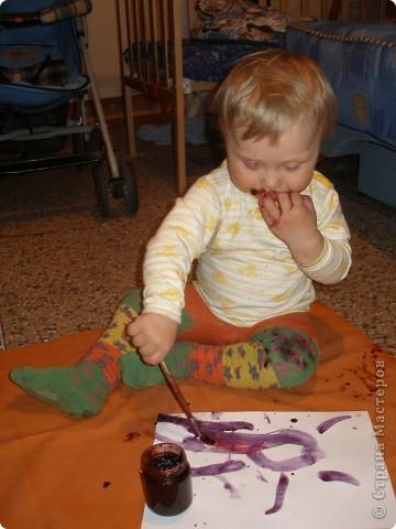 Увидала я что на сайте многие мамы боятся дать карапузам до года краску, ну так и не давайте. Мой сынуля все тянул в рот, а так хотелось чтоб порисовал, но удовольствие становится сомнительным когода постоянно слышишь не сунь в рот, нельзя.... фото 1