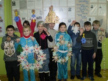 На носу Новый год и мы с кружковцами решили украсить школу к празднику.  Рождественский венок со Снеговиками фото 3