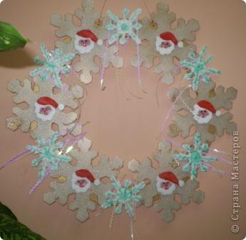 На носу Новый год и мы с кружковцами решили украсить школу к празднику.  Рождественский венок со Снеговиками фото 2